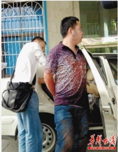 目前嫌疑人陈剑已被开福分局刑侦大队带走调查。 记者 张浩 摄