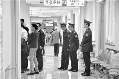 2012年4月13日上午,北京大学人民医院耳鼻喉科,一名女医生在科室内坐诊时,被一名男子刺中脖子。案发后,警方封锁现场进行调查。杨程晨 摄