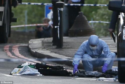 英国警方事后在事发现场进行调查。