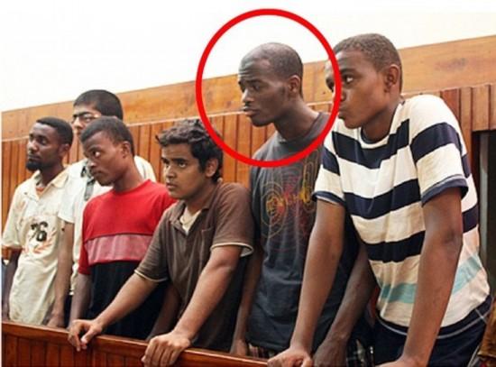 2010年11月,阿迪博拉吉奥(红圈内)和其他5人因涉嫌参与恐怖组织而在肯尼亚出庭受审。