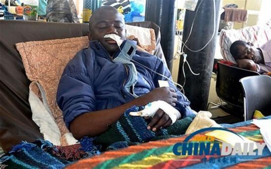 赞比亚男子遭巨蟒缠身 啃咬蛇身抵抗幸免于难