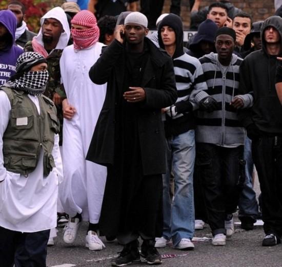2009年9月11日,阿迪博拉吉奥在伦敦西北部参加一个保护清真寺的穆斯林集会活动。