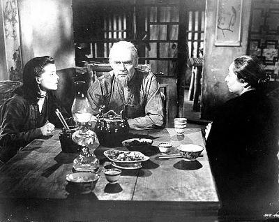 谭家老两口颇具中国乡村老人的神韵,老太太用发钗剔牙掏耳朵都拍出来了。