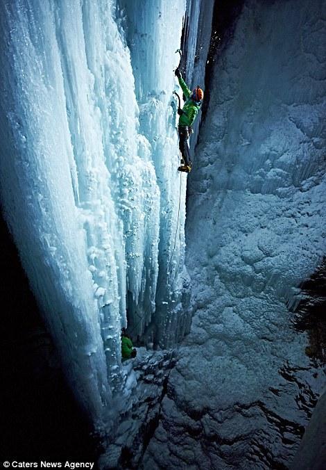 奥地利男子零下18℃夜攀152米冰瀑[9P]