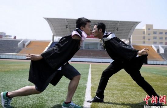 大学生另类毕业照致青春 劈腿露底同性吻