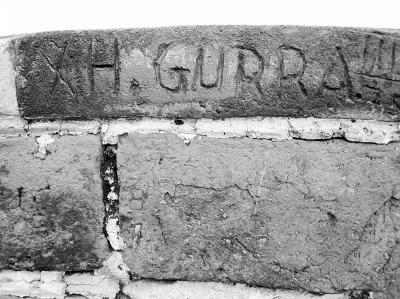 长城砖被外国人涂鸦多次