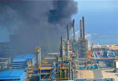 中石油大连石化一油罐发生爆炸像下了场石油雨