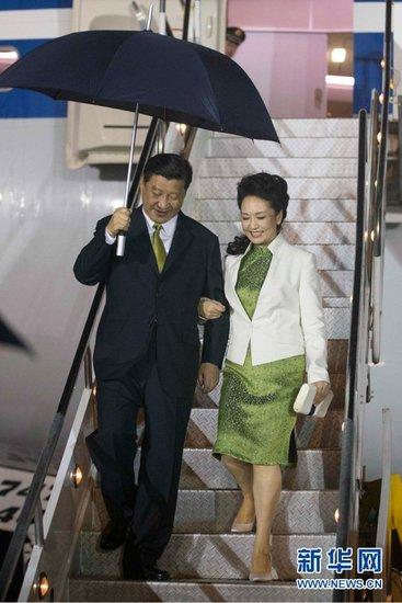 专家称彭丽媛出访着中式旗袍展现民族自信
