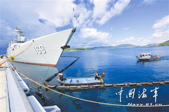 南海舰队回港驱逐舰围上围油栏避免污染