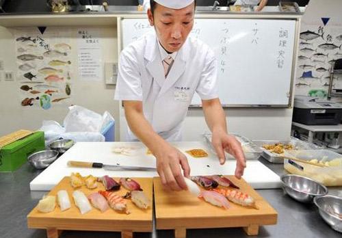 """.这是有礼貌的餐桌礼仪.""""-去日本前一定要知道的30件事 不"""