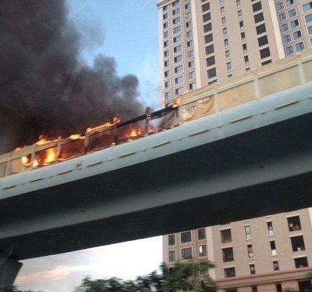 厦门公交车燃烧起火 目击者称听到爆炸声(图)