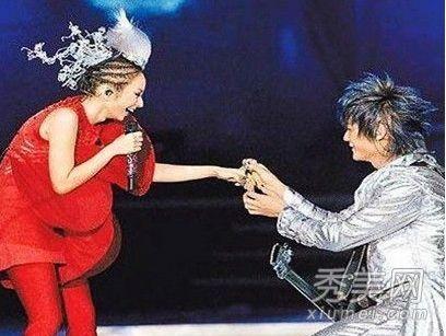 """张杰 霍思燕/飞儿乐队的飞儿跟阿沁在台北演唱会上演""""超大钻戒求婚戏"""",让..."""
