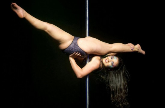 美女超越常人极限 性感钢管舞高难动作集合