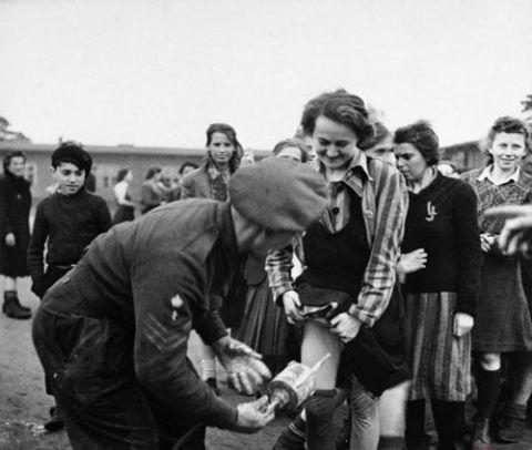 纳粹美女军官变态嗜好 皮鞭狠抽女囚丰胸