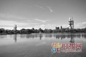 酒泉东风航天城,实体卫星模型映射在人工湖面上