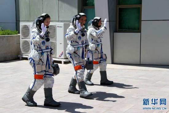 2013年6月11日下午,神舟十号与天宫一号载人飞行任务航天员飞行乘图片