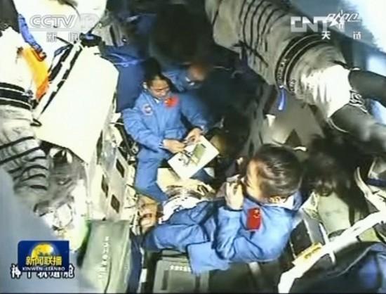 6月12日,端午节,神舟十号三名航天员在轨道舱内吃粽子过端午节。电视截图