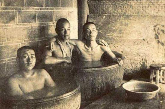 的侵华日军 两男兵竟同一浴缸洗澡图片
