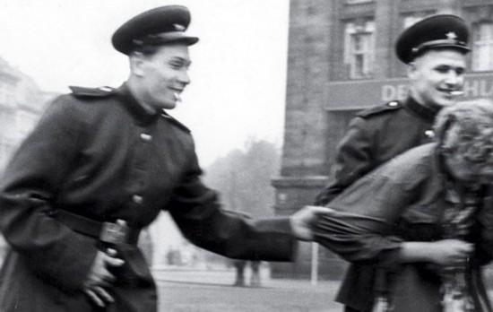 苏军暴行德国妇女大全,德军对妇女暴行图片,二战苏军对妇女暴行
