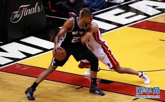 当日,2012-2013赛季美国NBA总决赛热火对阵马刺的第六场比赛在图片