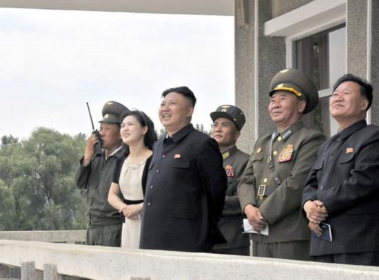 正恩携妻子视察朝鲜空军观看飞行训练