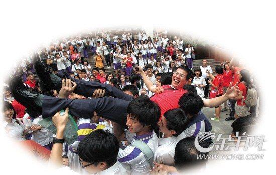 高考结束后,学生们把老师抛起来庆祝。  新快报记者 李小萌/摄(资料图片)