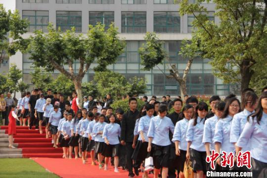 毕业季:大学上演民国风 高中炫富舞会惹争议