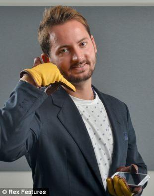 """这位41岁设计师说:""""我希望我的对手说话手套会让人们重新意识到通过回收利用可减少浪费。"""""""