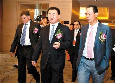 王健林/2011年8月14日,万达集团董事长王健林(中)与卡马乔(左)及...