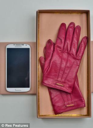 艺术家迈尔斯设计了这种增强回收利用旧手机和游戏机意识的手套。