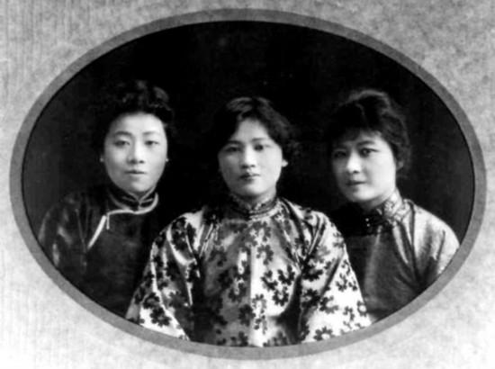 宋庆龄/青年时代三姐妹合影。宋蔼龄(左)、宋庆龄(中)、宋美龄(右...
