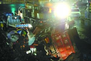 北京一路面塌陷致大货车右后轮被陷侧翻(图)