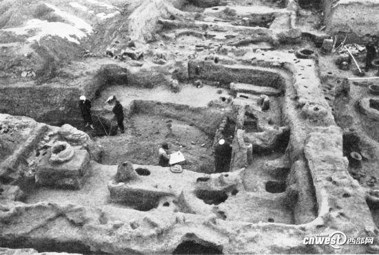 考古工作者发掘半坡遗址1号大房屋场景