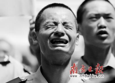 广州/一位战友泣不成声。张由琼摄...