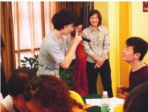 缅语课堂上学生与老师互动