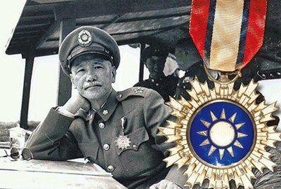 """蒋介石生前经常佩戴""""青天白日勋章""""(右图)到各地巡视。 图片来源:台湾《苹果日报》"""