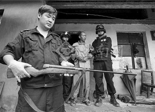 儿子 射钉枪/民警在竹林里搜到了和某作案的射钉枪