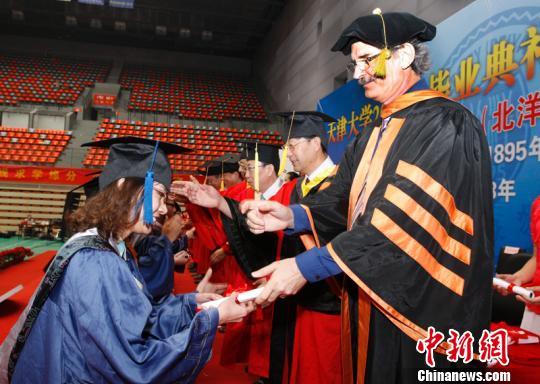 天津大学洋院长首次遇上中国高校毕业典礼(图)