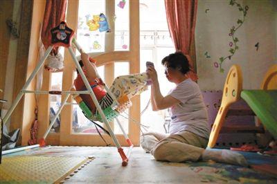 6月14日,未婚妈妈于军的家里,她正在陪女儿悦悦玩耍。悦悦4岁了,因为没有爸爸的信息而始终上不了户口。