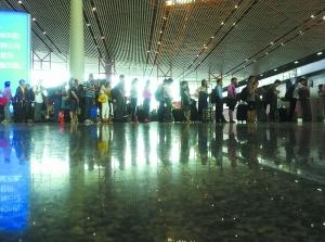 今天上午,由于大量乘客提前更改了行程,机场没有出现大量乘客滞留的情况,秩序井然。李刚摄 J221