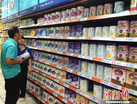 杭州 肖娜/杭州市民在世纪联华超市(运河广场店)选购洋奶粉肖娜摄