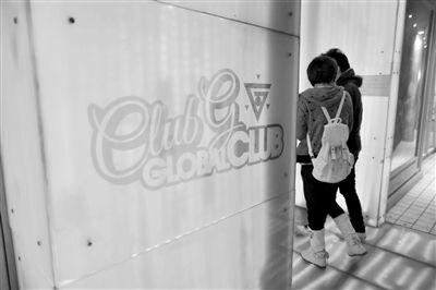 2013年2月22日,两位年轻人进入位于五道口的global club酒吧。某歌唱家之子李某等人,就是从这个酒吧将受害女子带走,后涉嫌对其进行轮奸。新京报资料图片 浦峰 摄