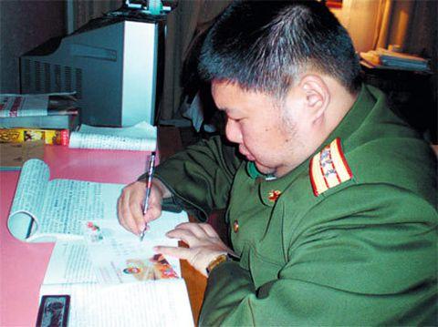 5、2008年两会期间毛新宇为记者题词。