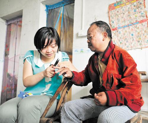 何平正为轮椅上的爸 爸剪指甲