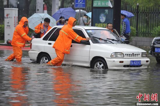 雨天开车需提高警惕:低速行驶 勿急刹车