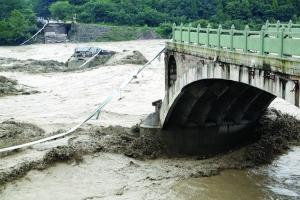 四川暴雨青莲老桥垮塌 已确认5辆车坠河6人失踪 图