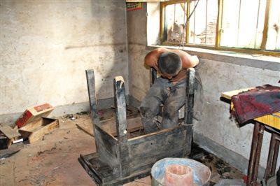 2009年,邢台市威县,一名频繁伤人的精神病人被锁在窗户上。医院救助时,他手腕伤口深可见骨,已经生了蛆虫。