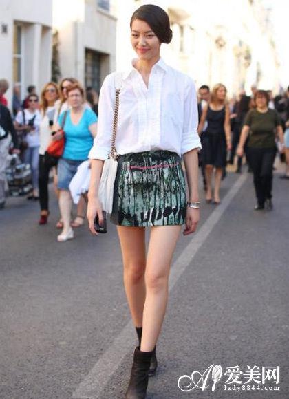 搭配tips:白衬衫+抽象印花包臀裙+棕色短靴