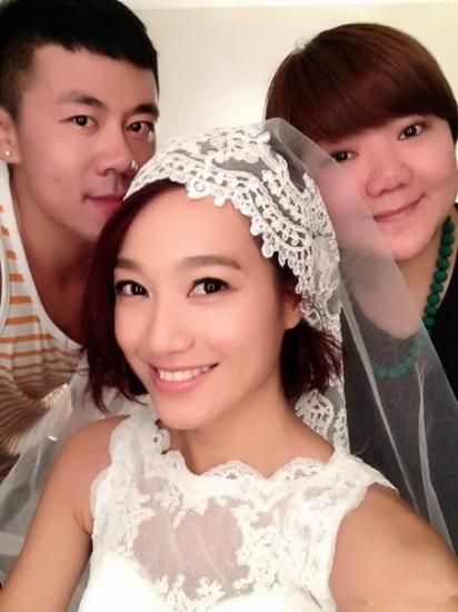 朱丹微博发布一张图片,在经纪人和化妆师陪同下去试婚纱。