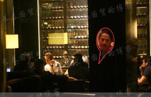 网曝李咏上海秘会企业高层。